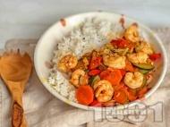 Скариди по китайски със зеленчуци, соев сос и джинджифил и гарнитура от ориз
